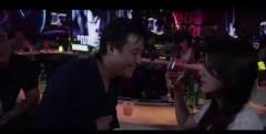 美女在酒吧喝酒,不料被酒吧大哥调戏,美女的