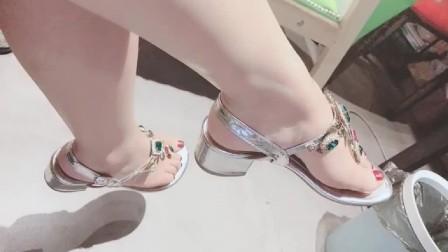美女脚模的生活自拍:这样的美甲搭配这样的鞋