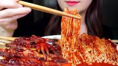 吃播:韩国美女吃货试吃红油金针菇,配上鱿鱼