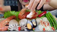 吃播:韩国美女吃货试吃豪华海鲜盛宴,大虾墨