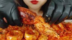 吃播:韩国美女吃货试吃辣拌鱿鱼金针菇,看起