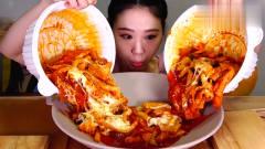 韩国吃播美女变态辣还不够过瘾,把两种辣味的