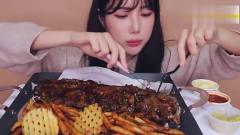 韩国吃播美食吃播美女吃酱汁烤猪肋排