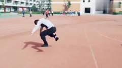 这个体育老师火了,给学生示范立定跳远,网友