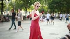 美女街拍,时尚很简单一副眼镜就很酷,明星爱戴墨镜是这个原因