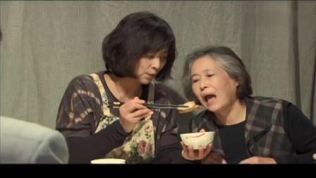 老太婆故意装老年痴呆,谁知吃饭被恶搞,太逗