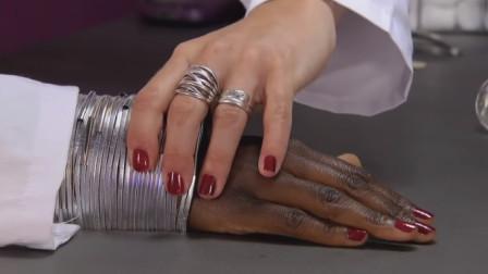 美甲师突然恶搞,手背变成了黑人的手,看着一黑一白的手顾客懵逼了