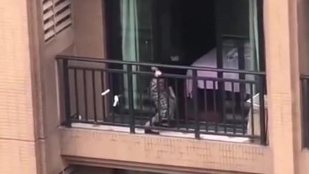 女子大清早在阳台跳钢管舞,还以为没被别人发
