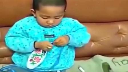 家庭幽默录像:小孩不省心,生个二胎试试,做饭家务样样都难不倒他