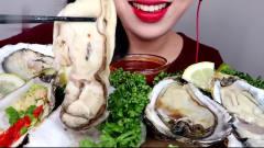 吃播:韩国美女吃货试吃肥美大生蚝,蘸上芥末