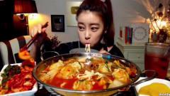 韩国吃播美女辣饺子汤丰富的配菜酸甜可口的泡