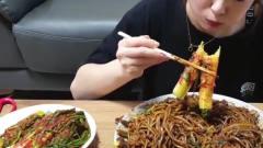 吃播:韩国大胃王美女在家吃炸酱面,搭配香葱