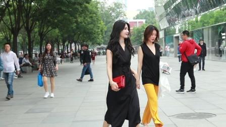 三里屯街拍:穿黑色连衣裙的美女一头大波浪长