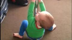 一岁宝宝模仿妈妈跳钢管舞,接下来宝宝的动作