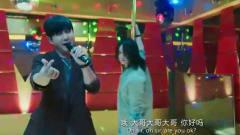 尹正也是拼了,在KTV大秀钢管舞,真是辣眼睛~