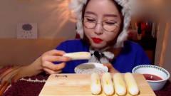 大胃王:韩国美女来吃播了,吃年糕直接上手拿
