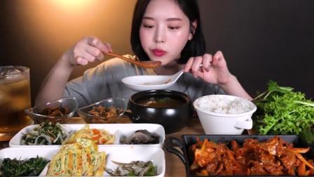 韩国美女大胃王,今天吃香辣炒猪肉海鞘,芥末