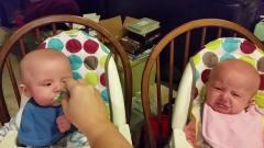 搞笑视频:这对可爱的双胞胎,弟弟有有这样欺