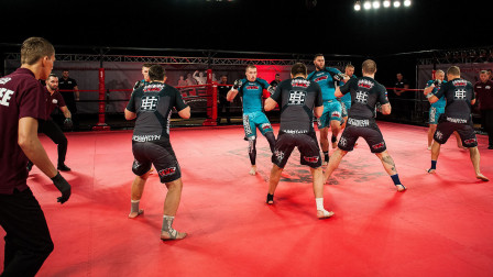 还看N*A?MMA格斗比赛5V5团战,现场打斗激烈很精彩!