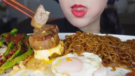 吃播:韩国美女吃货试吃芝士肉饼,溏心蛋,配