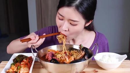 吃播:韩国美女吃货试吃豪华海鲜泡面,这一锅