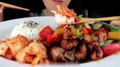 吃播:韩国美女吃货试吃青椒回锅肉,配上韩式