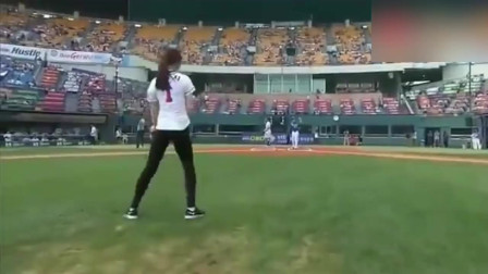 韩国美女这开球方式真的秀啊!一套动作下来,