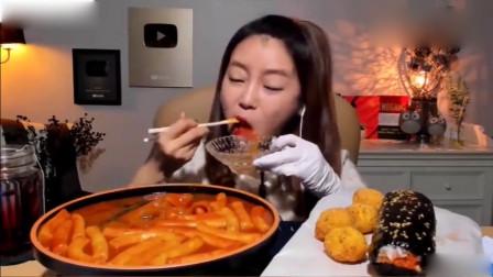 大胃王:韩国美女吃辣炒年糕和*油芝士球!黏黏