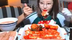 韩国大胃王美女来吃播了,吃辣白菜卷米饭,一