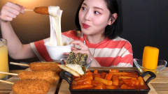 韩国美女吃热狗棒、炒年糕,蘸上多多的芝士吃