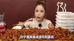 韩国美女吃播挑战吃爆辣无骨鸡爪,一口秒吞两