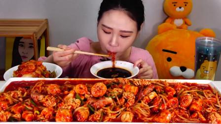 韩国美女直播吃超辣美食,吃着美食喝着可乐,