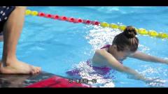 美女学习蛙泳,教练传授秘诀,于莎莎青出于蓝