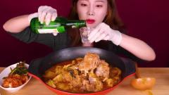 吃播:韩国美女吃货试吃辣白菜炖大棒骨,配上