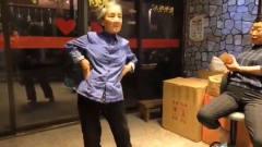 白发奶奶秀热舞,动作标准秒杀各路女团,网友
