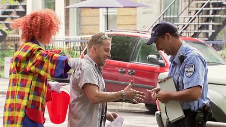 国外警察乱开罚单,引起小丑不满,反被小丑泼