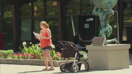 国外小伙脑洞大开恶搞路人,假扮雕像向婴儿车
