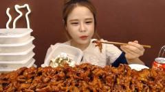 美女大胃王吃风靡韩国的无骨鸡爪,满满的一桌