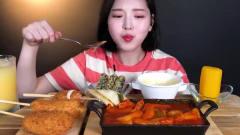 吃播:韩国美女吃货试吃韩式辣年糕配炸热狗,