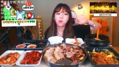 美女吃播,韩国素琪妹子吃泡菜配蹄肉,家常美