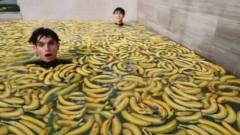 恶搞:小伙挑战1000根香蕉洗澡,跳入水里瞬间,