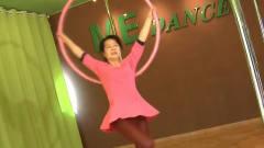 女子已近古稀之年却跳钢管舞,所有人投来异样