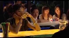 美女在酒吧被多人挑衅,气急之下,结局出乎人