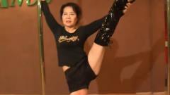 70岁**痴迷钢管舞,教练一听愁坏了,可一看她跳