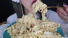 吃播:韩国美女吃货试吃虾仁*油意面,大口大口