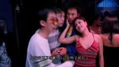 三个男子来到泰国酒吧,美女们个个青春靓丽,