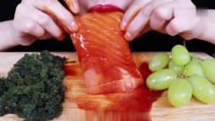 吃播:韩国美女吃货试吃三文鱼刺身配海葡萄,