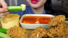 吃播:韩国美女吃货试吃脆皮炸鸡,蘸上沙拉酱
