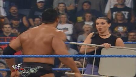 美女 你也不看看是谁在打比赛 就敢拿铁椅上来干