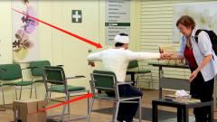 路人扶骨折病人坐椅子,转眼椅子散架了?看老